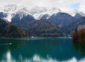 Жители Абхазии отправляются в поисках зимы на озеро Рица за снегом