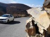 Из-за камнепада в районе Гагры пострадал автомобиль